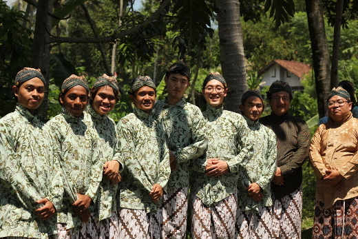 2017.05.magis_jcap_2015_guys_dressed_in_javanese_traditional_costume_for_village_thanksgiving