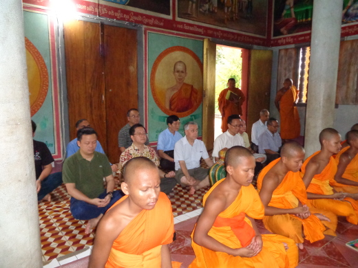 2017.08.meditation_and_chanting_with_buddhist_monks_in_wat_svayromeath