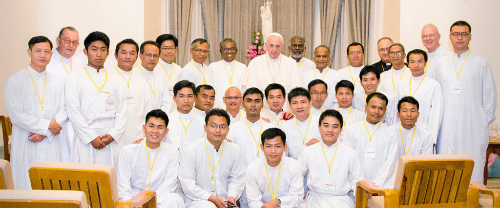 2017.12.Pope-Francis-with-the-Myanmar-Jesuits