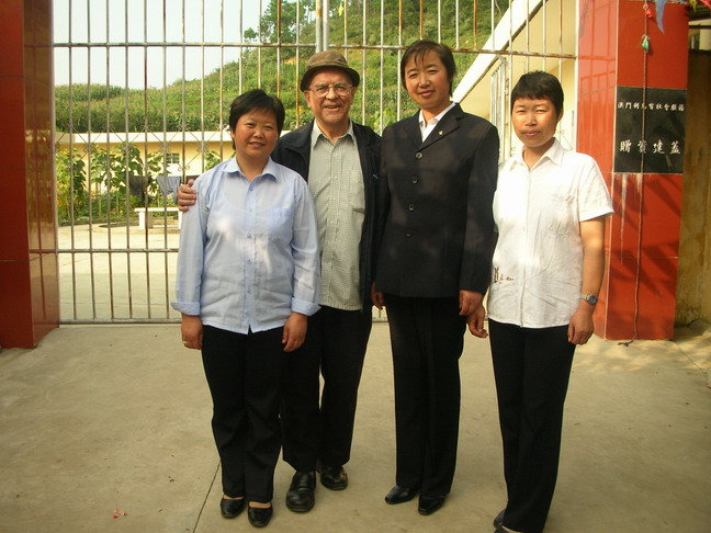 冕寧康復院修女與谷神父
