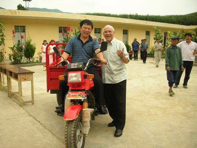 谷神父您修路我買電動三輪車給修女