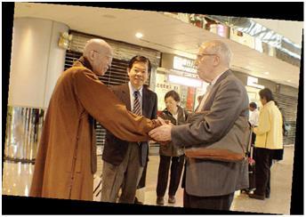 數十年來,法鼓山聖嚴法師出國弘法,無論早晚,馬神父都會到機場去送行和接機。
