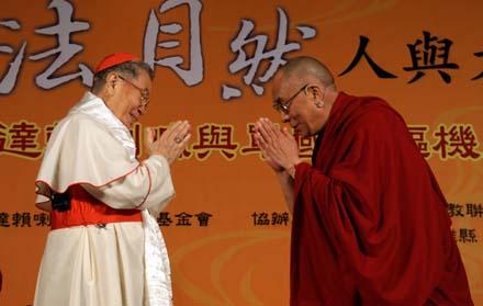 樞機主教單國璽與達賴進行公開的宗教對話,討論彼此包容尊重的至高價值