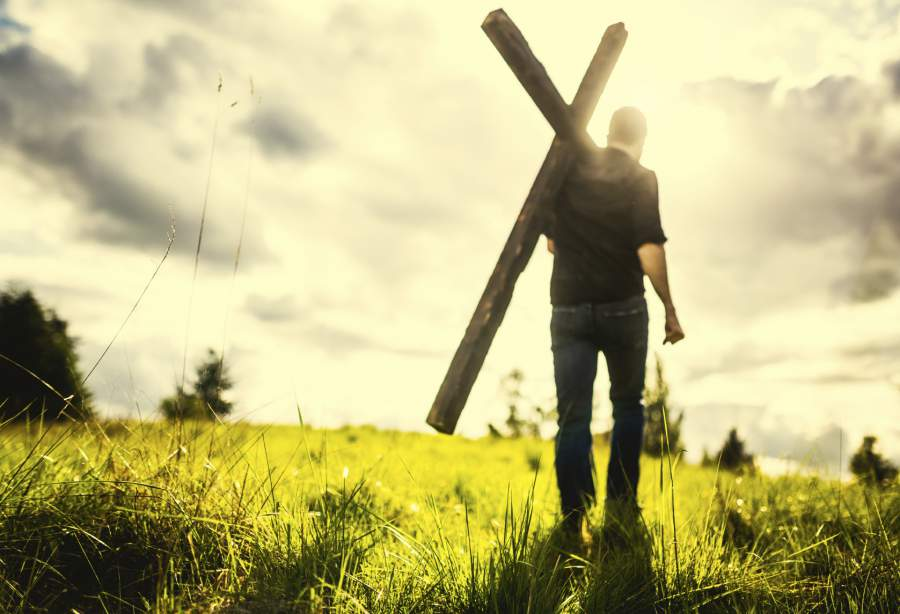 man-carrying-cross-of-christ__1442148833_70-119-142-63