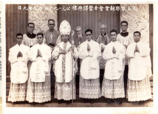 徐可之神父(前排右三)1965年5月9日在台灣臺北聖家堂晉鐸