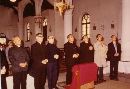 蘇樂康神父陪同辛海梅樞機主教訪問上海在聖堂祈禱