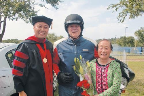 2013年5月,博士學位畢業典禮後,白神父與母親(右)、美國邁阿密總主教(中)合影