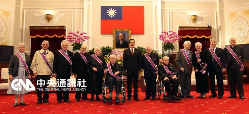 總統馬英九(中)21日在總統府主持104年外籍宗教人 士授勳典禮,與受獎者合影。 中央社記者張皓安攝 104年12月21日