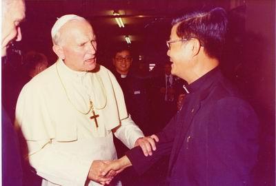 房志榮神父與已故教宗若望保祿二世合照