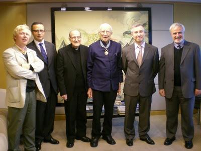 法國文化部頒授雷煥章神父文藝騎士勳章,耶穌會士與法國在台協會主任合影