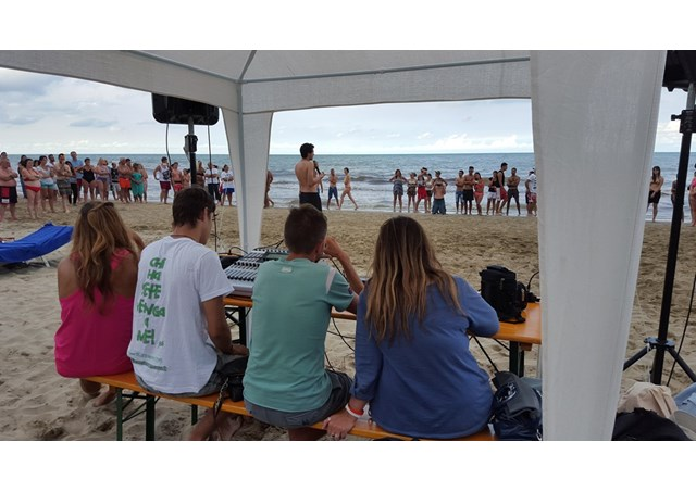 教宗方濟各致函問候在意大利海灘上福傳的青年