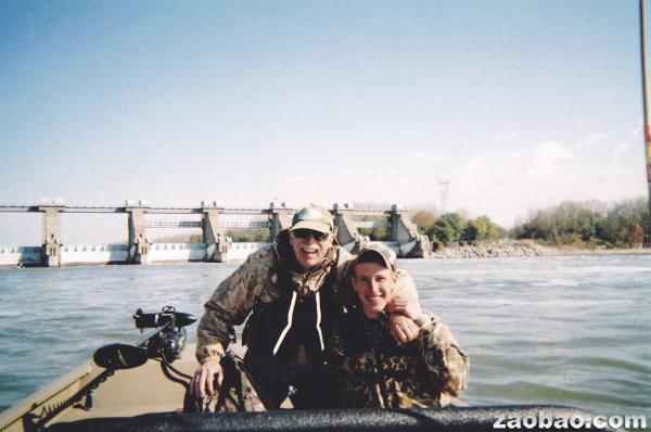 在這張阿都拉曼•凱西格家屬所公開的2011年照片中,他(右)和父親在俄亥俄河上的堪內爾頓水壩附近釣魚。(路透社)
