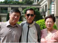 周神父與父母合影近照