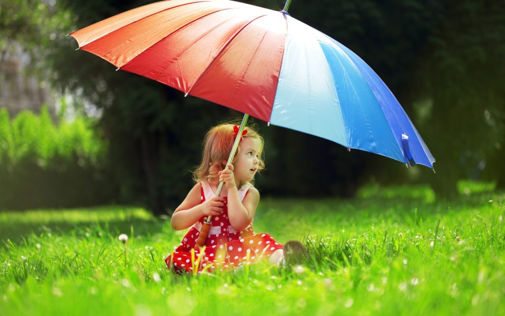 ws_small_girl_big_umbrella_2560x1600