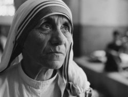 Albanian Roman Catholic nun and founder of the Missionaries of Charity, Mother Teresa (1910 - 1997) at a hospice for the destitute and dying in Kolkata (Calcutta), India, 1969. (Photo by Terry Fincher/Hulton Archive/Getty Images)