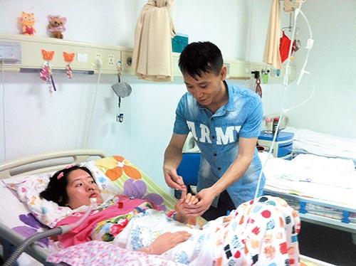 王新華(右)為呂露活動手指