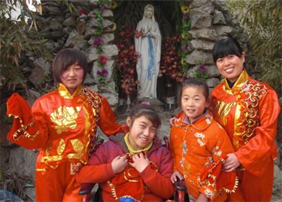 謝曉瑩(左一),第二屆利瑪竇志願者