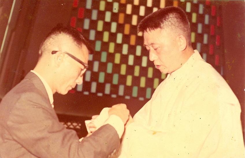 17. 1967年4月30日在聖家堂(羅光主教)晉鐸,胞弟富恭為我捧聖油帶