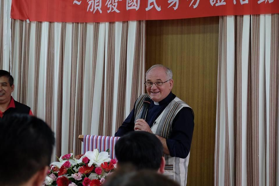 南耀寧神父除曾任教於輔仁大學外,目前也於後山偏遠國小,義務指導學童英語、品格教育。圖/移民署提供