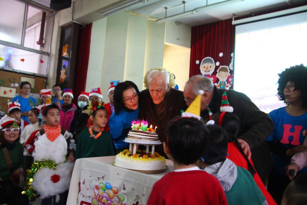 馮德山神父、南耀寧神父與楊銀美執行長切蛋糕同慶